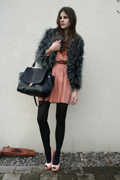 salmon-dress-gray-faux-fur-coat-black-bag-light-pink-heels_400.jpg