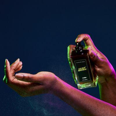 01683-secret-garden-perfume-in-use