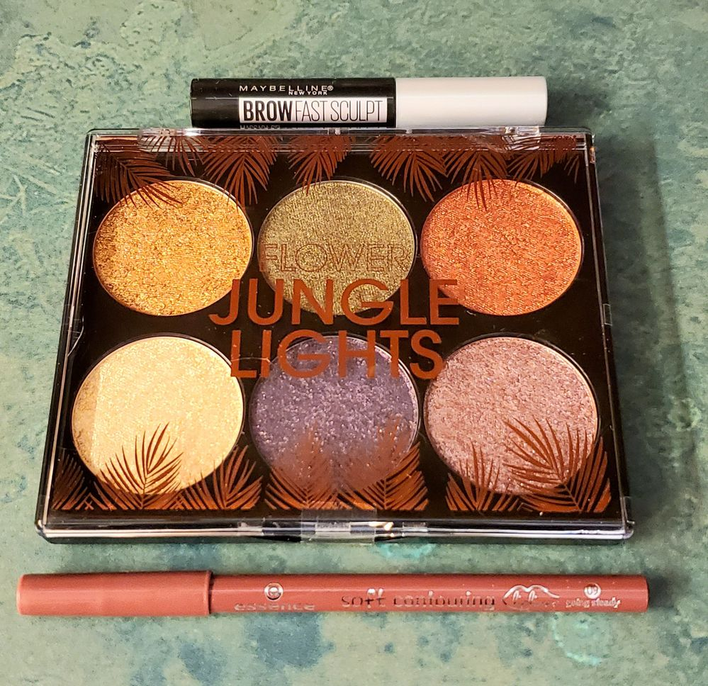 Pics aren't doing this palette justice--those pans are large and in charge and the shadows are SO foiled...I can't even.
