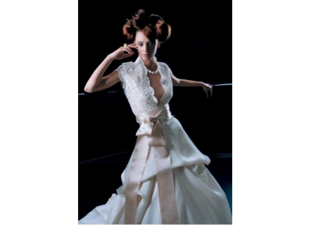 Monique-Lhuillier-Ball-Gown-Ivory-2004.jpg